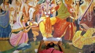 Un homme prie à l'intérieur d'un temple après l'ouverture de la plupart des lieux religieux à Ahmedabad, en Inde.