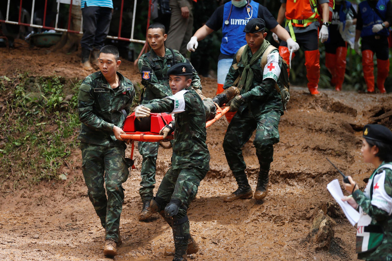 Soldados y socorristas simulan un rescate para estar preparados en caso de que se logre encontrar a los 12 niños y a su profesor de fútbol. Tailandia, 30 de junio de 2018.