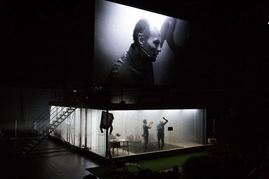 """Cena de """"2666"""", peça dirigida por Julien Gosselin."""