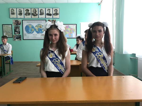 Des élèves en costume de fête dans la salle de classe de l'école de Novoshkivske rénovée récemment.
