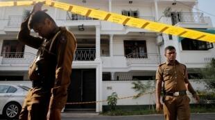 Des policiers sri-lankais inspectent la maison de la famille de l'un des suspects des attentats de dimanche (21 avril), à Colombo, le 25 avril 2019.