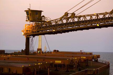 Photo non datée d'un navire chargeant du minerai de fer de la société Rio Tinto dans la région de Pilbara en Australie.