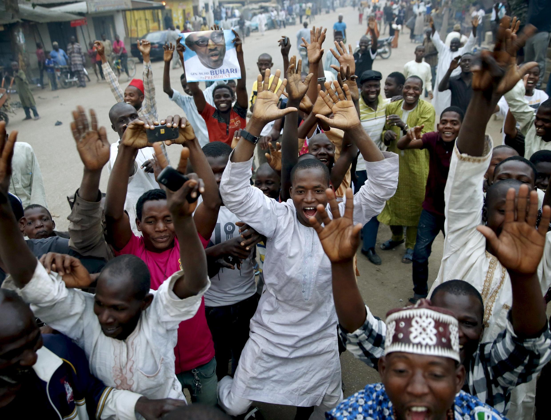 Partidarios del nuevo presidente electo, Muhammadu Buhari, celebran la victoria de su candidato en la ciudad nortina de Kano, este martes 31 de marzo de 2015.