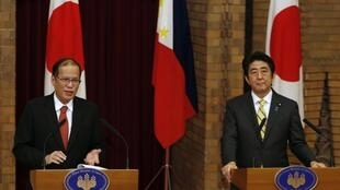 Tổng thống Philippines Benigno Aquino (T) và Thủ tướng Nhật Shinzo Abé trong cuộc họp báo tại Tokyo, 24/06/2014