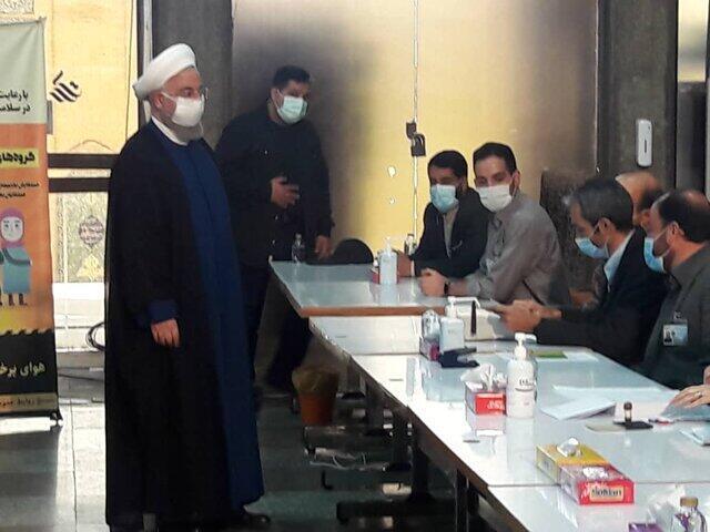 حسن روحانی آراء خود را در صندوقهای رای ستاد انتخابات کشور انداخت ـ ۲۸ خرداد ۱۴۰۰
