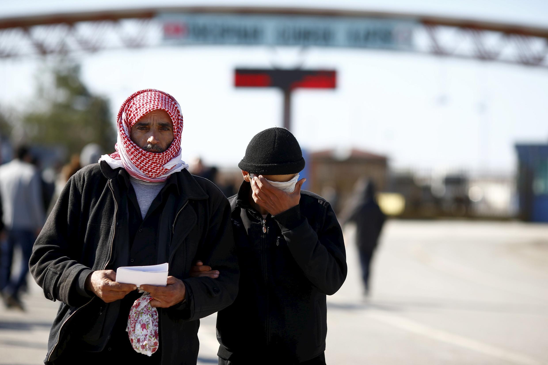 Người tị nạn Syria tìm cách vào đất Thổ Nhĩ Kỳ tại đồn biên phòng Oncubinar.