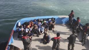 L'équipage du «Morning Glory» en état d'arrestation par les autorités libyennes, le 23 mars 2014.