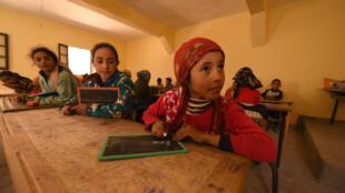 Des écoliers dans leur classe, dans le village de Taghzirt, dans le Haut-Atlas.