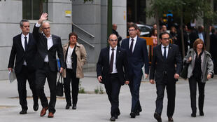 加泰羅尼亞被指控的幾名領袖2日應召抵達西班牙高院接受訊問的情景。
