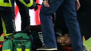 Le joueur du PSG Neymar, à terre, blessé lors du match contre Marseille, le 25 février 2018.