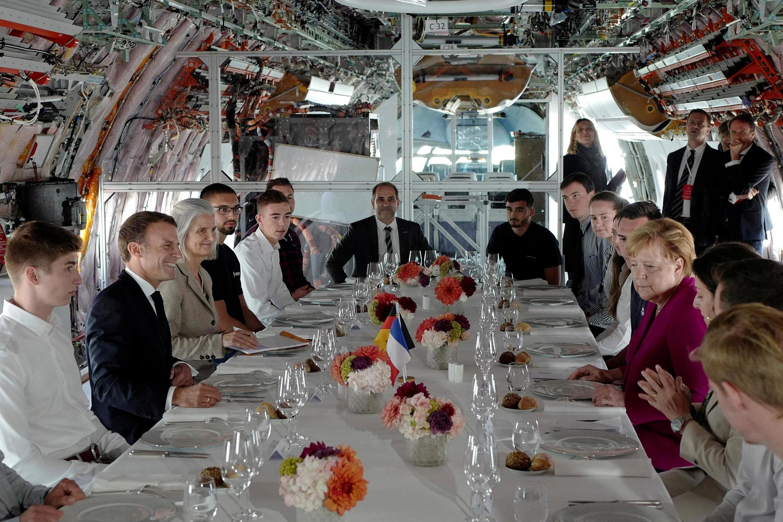 Ангела Меркель и Эмманюэль Макрон на борту учебного А-350 в Тулузе, 16 октября 2019.