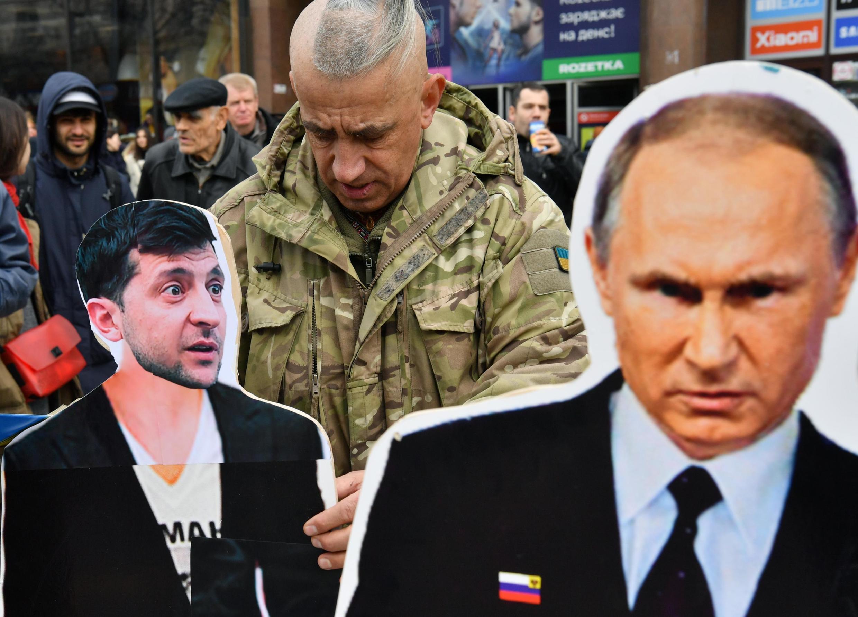 Вр время предвыборной кампании в Украине соперники Владимира Зеленского (фигурка слева) обвиняли его в том, что он, якобы, «кандидат Путина»
