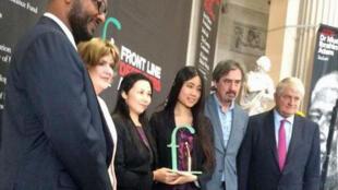 郭飛雄的妻子(左三)和女兒楊天嬌(右三)9月11日代表郭飛雄在都柏林領獎。