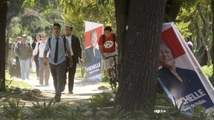 Seule inconnue du scrutin, la participation des électeurs chiliens après la récente modification de la loi électorale abolissant le vote obligatoire.