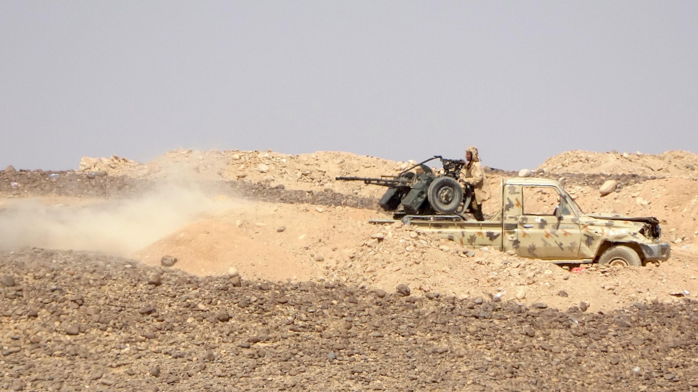 Les forces gouvernementales soutenues par l'Arabie saoudite lors de combats avec les rebelles houthis dans la région d'al-Jadaan à environ 50 kilomètres au nord-ouest de Marib, le 11 février 2021.