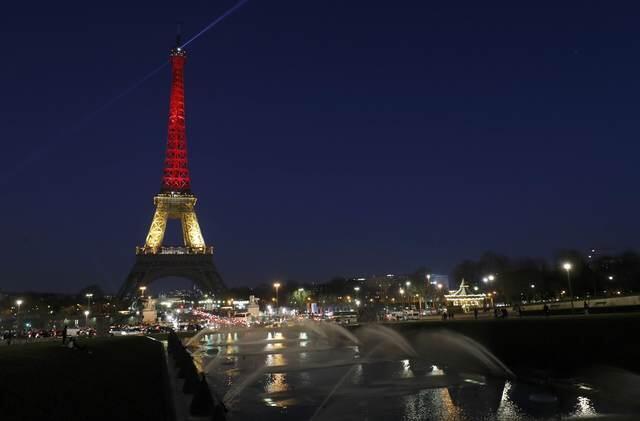 Torre Eiffel iluminada com as cores da Bélgica, em homenagem às vitimas dos atentados desta terça-feira  (22), em Bruxelas.
