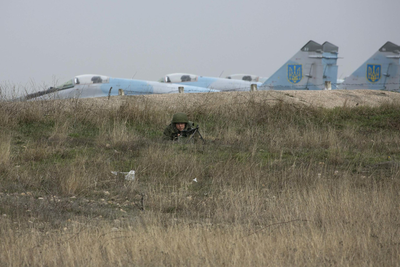 Lính Nga canh gác tại sân bay Belbek, vùng Crimée, Ukraina (ảnh chụp 04/03/2014)