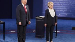 Wagombea urais Hillary Clinton na  Donald Trump,katika ukumbi wa chuo kikuu cha Washington huko St. Louis, mahali ulikofanyika  mdahalo wa pili wa urais.
