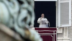 O papa durante a oração do Angelus, na Praça de São Pedro pela janela do palácio apostólico, durante a qual teve dois acessos de tosse.