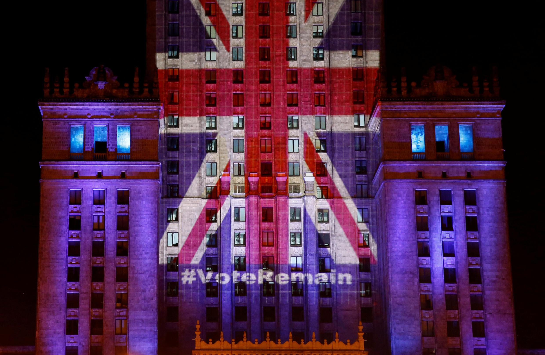 Cung Văn Hóa và Khoa Học thủ đô Ba Lan thắp sáng hình lá cờ Anh Quốc, để cổ vũ cử tri Anh Quốc bỏ phiếu ở lại với châu Âu, ngày 22/06/2016.