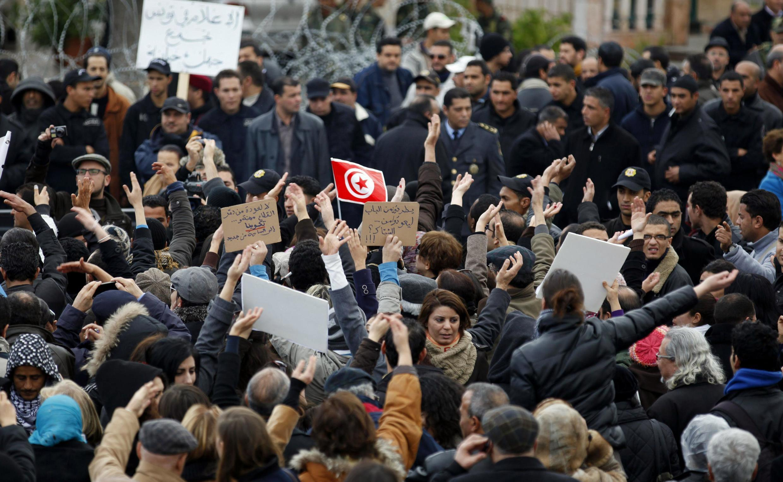 Plusieurs centaines de journalistes ont défilé à Tunis pour dénoncer la nomination d'anciens caciques du régime Ben Ali à la tête de plusieurs organes de presse publics, le 9 janvier 2012..