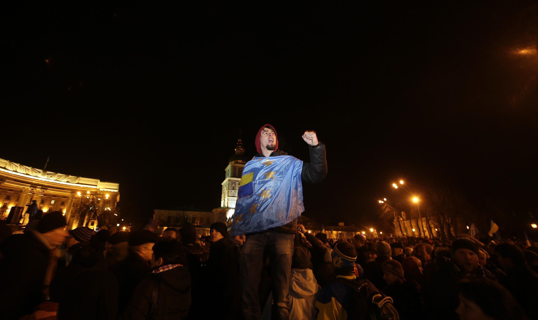 Un partisan ukrainien de l'Union européenne, le 30 novembre 2013 sur la place de la cathédrale du monastère Mikhailovski, à Kiev.