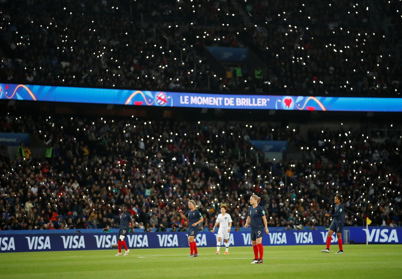 Cầu trường sôi động trong trận khai mạc Cúp bóng đá nữ thế giới 2019 trên sân Công viên các Hoàng tử, Paris giữa đội Pháp và Hàn Quốc ngày 07/06/2019.