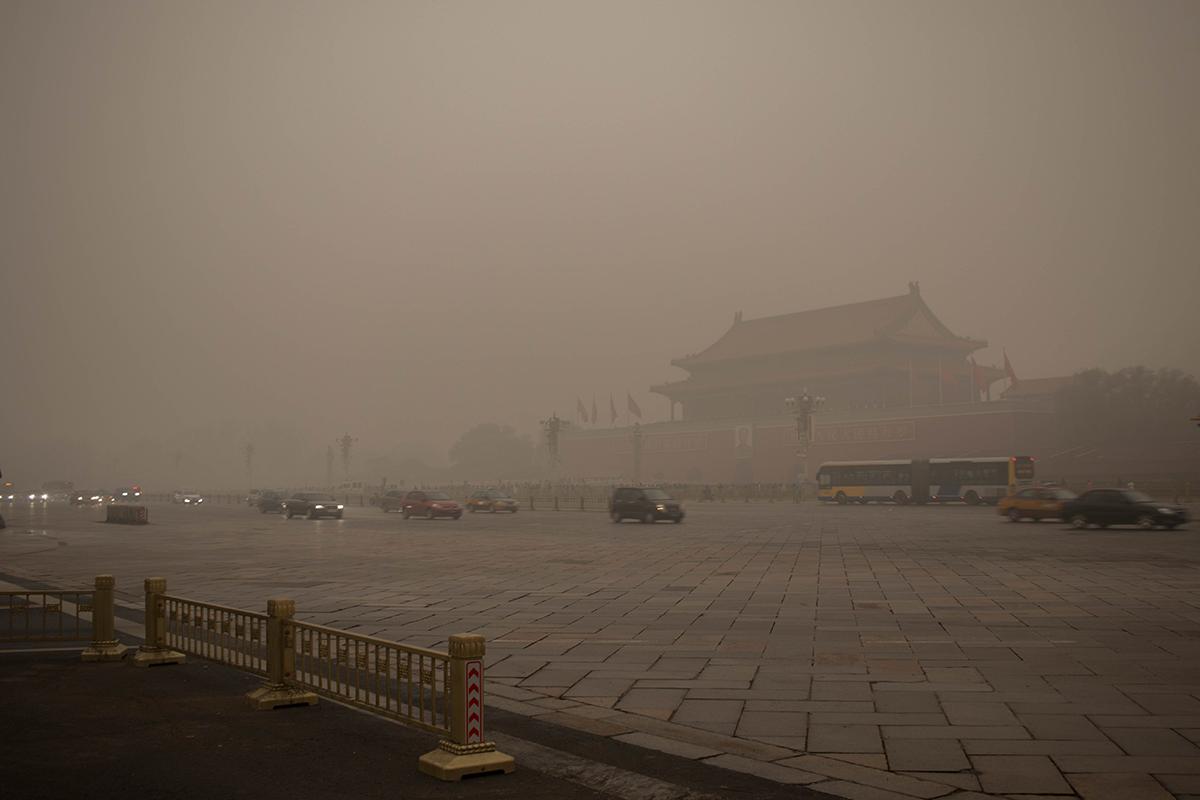图为北京天安门广场陷入雾霾笼罩