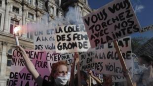 Une manifestation de militantes féministes contre les nominations de Gérald Darmanin et Eric Dupond-Moretti le 10 juillet 2020 à Paris.