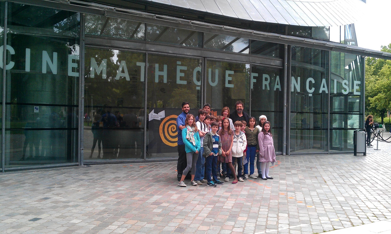 Os alunos da escola paulistana Carlitos, em frente à Cinemateca francesa.