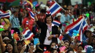Opositores de Yingluck Shinawatra voltaram às ruas de Bangcoc, neste domingo, 22 de dezembro.