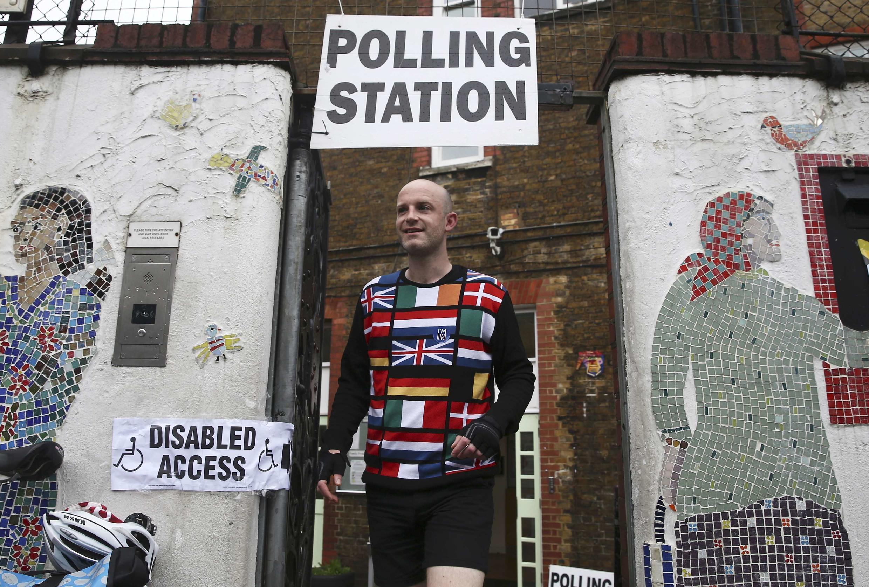 Eleitor vota em Londres