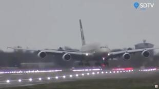 Airbus A 380 da companhia Etihad pousa com dificuldade no aeroporto Heathrow, em Londres, durante a passagem da tempestade Dennis eplo Reino Unido.