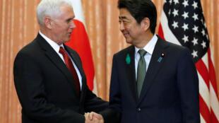O vice-presidente dos EUA, Mike Pence é recebido pelo premiê japonês, Shinzo Abe.