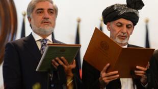 Rais mpya wa Afghanistan Ashraf Ghani kulia na waziri mkuu Abdullah abdullah waziri mkuu kushoto wakati wa kula kiapo