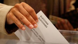 مردم منطقه کاتالونیا، پنجشنبه ٣۰ آذر/ ٢١ دسامبر ٢٠۱٧، برای انتخاب پارلمانی این منطقه به پای صندوقهای رأی رفتند.