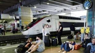 提供电力的一变压站起火后,巴黎蒙帕纳斯火车站无法正常运行  2018年7月27日