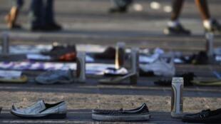 Sapatos de desaparecidos formam o número 49 em homenagem aos mortos no massacre