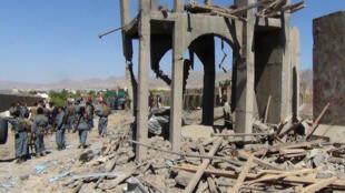 Les policiers afghans sur le site de l'attaque suicide du jour à Gardez, dimanche 18 juin.