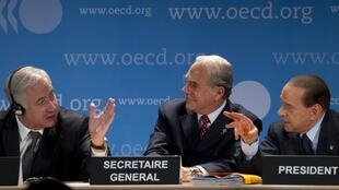 Le Premier ministre israélien Benjamin Netanyahu (g) avec le secrétaire général de l'OCDE Angel Gurria (c) et le Premier ministre italien  Silvio Berlusconi lors d'une conférence de presse au siège de l'organisation à Paris, le 27 mai 2010.