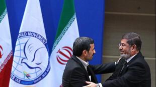 O presidente iraniano, Mahmoud Ahmadinejad (e), e o presidenter egípcio, Mohamed Morsi (d), durante encontro da cúpula dos não-alinhados nesta quinta-feira, em Teerã.