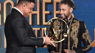 Neymar recebe das mãos de Ronaldo Fenômeno o troféu de melhor jogador da temporada do futebol francês.