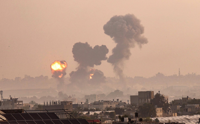 Un incendio provocado por los ataques aéreos israelíes en Khan Yunis, en el sur de la Franja de Gaza, el 11 de mayo de 2021