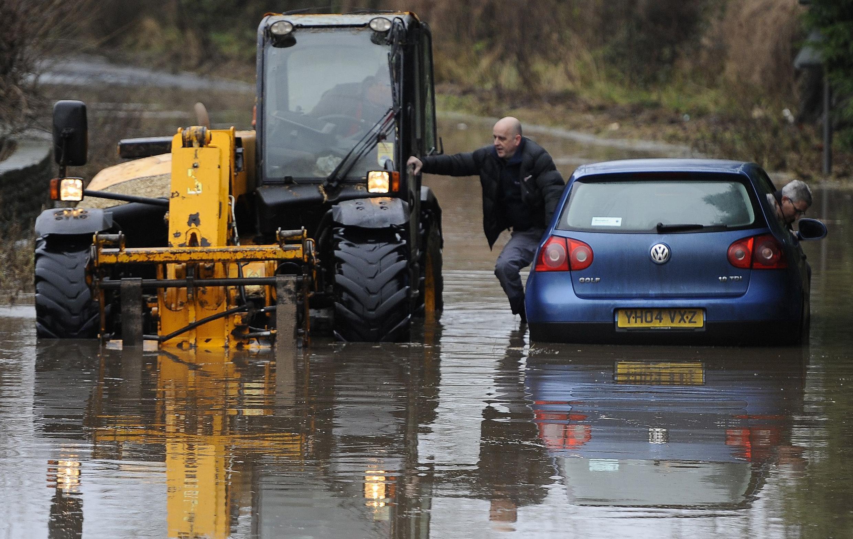 Lụt lội gây bế tắc giao thông ở Milby, miền Bắc nước Anh (REUTERS)