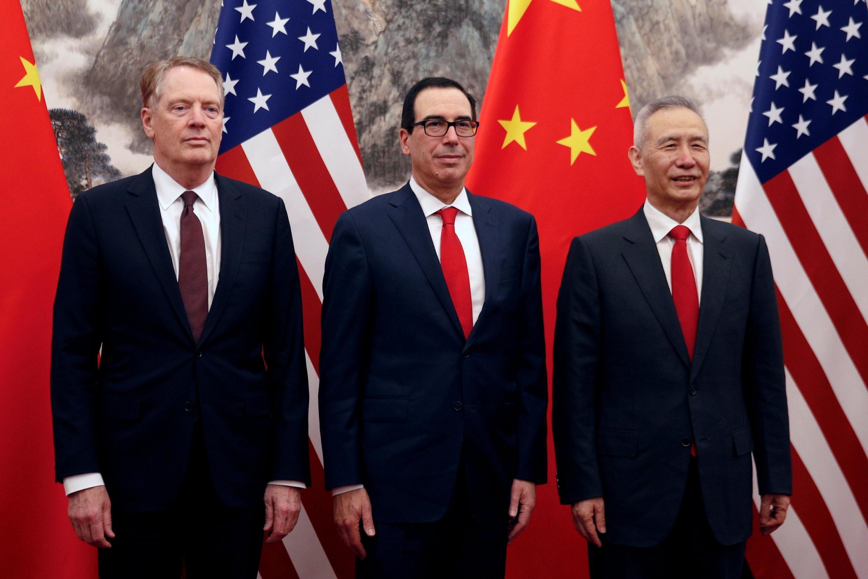 Phó thủ tướng Trung Quốc Lưu Hạc (P), bộ trưởng Tài Chính Mỹ Steven Mnuchin (G) và đại diện Thương Mại Robert Lighthizer, nhân cuộc tại Bắc Kinh ngày 01/05/2019.