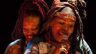 Werewere Liking, la fondatrice du village panafricain, artistique et solidaire Ki Yi M'Bock, et Dobet Gnahoré, qui y a grandi: deux générations de chanteuses de world music.
