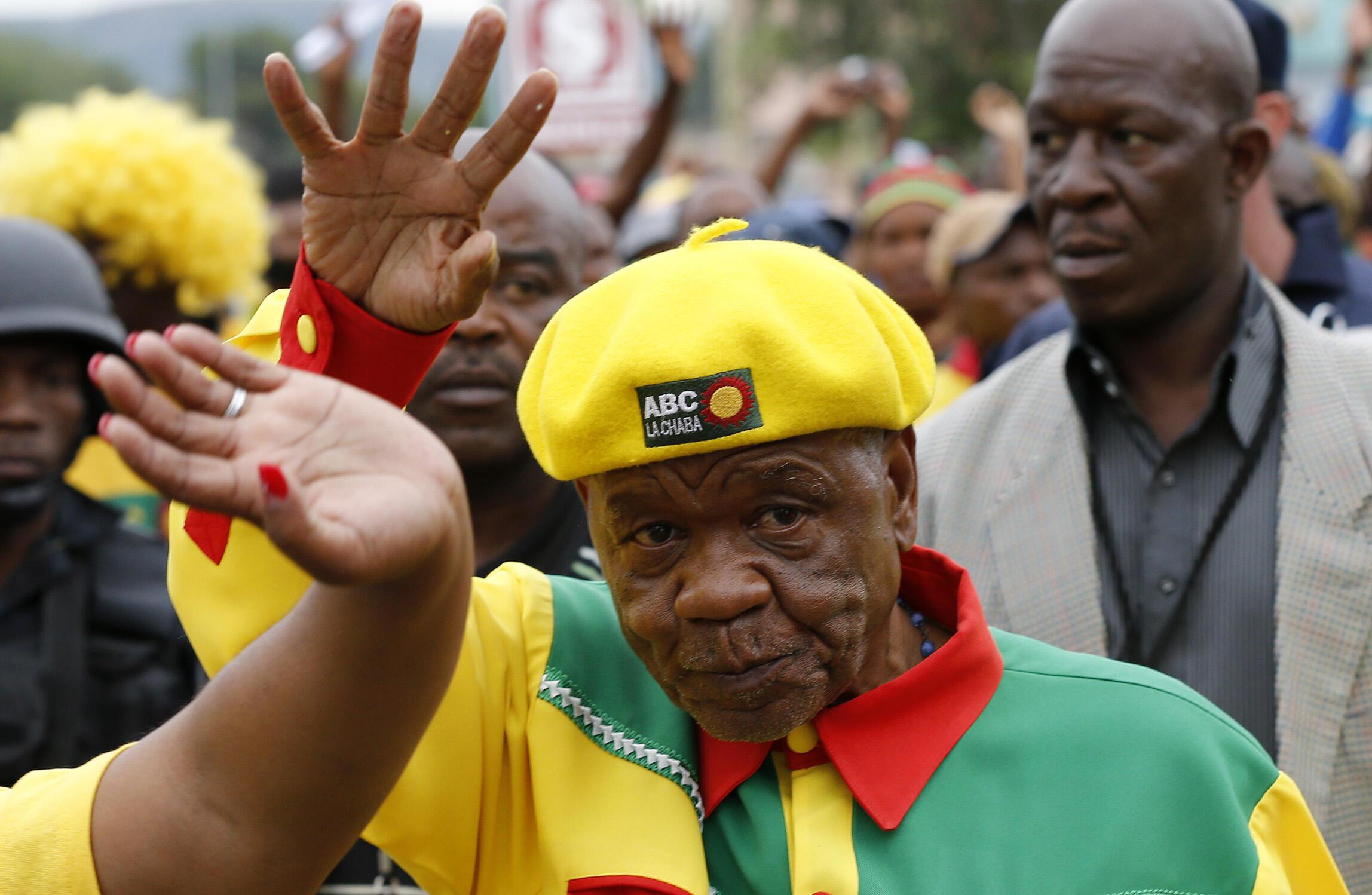 Waziri mkuu wa Lesotho, Thomas Thabane, akipokelewa na wafuasi wake, katika mji mkuu wa Lesotho, Maseru, Februari 26 mwaka 2015.