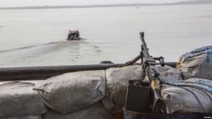 Bunduki kubwa kivita ikiwa kwenye meli katika pwani ya Atlantiki, Nigeria, Desemba 19, 2013.