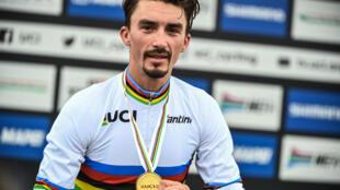 Le Français Julian Alaphilippe, médaillé d'or aux Championnats du monde de cyclisme sur route, le 27 septembre 2020 à Imola