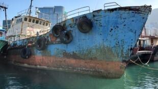 風燭殘年的保釣號,船身已見傾側,快將拆卸,香港面臨無船去保釣的結局。